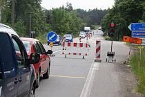 Řidiče směřující po silnici první třídy mezi Třebíčí a Náměští čeká zdržení v úseku Studenec - Vícenice.