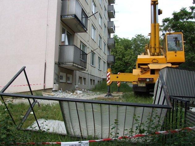 V Třebíči se zřítil balkon se dvěma dělníky