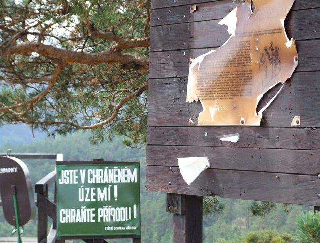 VANDALOVÉ NA STEPI. Unikátní přírodní lokalitu u Mohelna si přijíždí prohlédnout stále více turistů a cykloturistů. Na stavu stepi a zařízení je to znát.