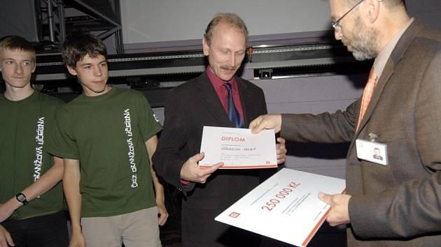 VÝHRA. Ředitel třebíčského gymnázia Radek Blažek přebírá společně s týmem studentů diplom a poukaz na multimediální učebnu v hodnotě 250 000 korun.
