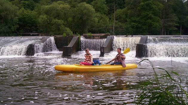 Jedním z oblíbených způsobů, jak strávit dovolenou je vypravit se na vodu, bezpečnost při tomto sportu však musí být na prvním místě.