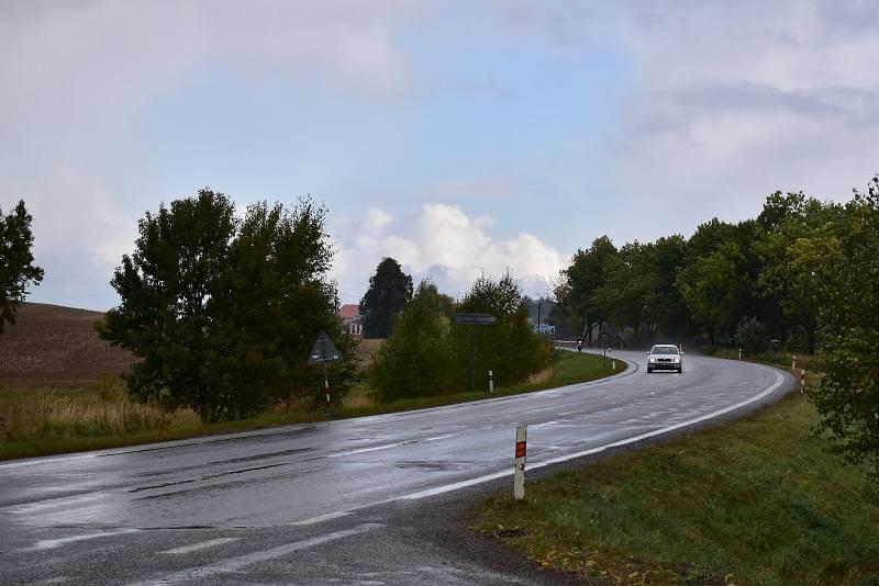 Při jízdě z Jihlavy, přibližně v těchto místech, by měl obchvat zahnout do míst, kde jsou nyní pole. Po dvou kilometrech se řidiči vrátí zpět na stávající silnici.
