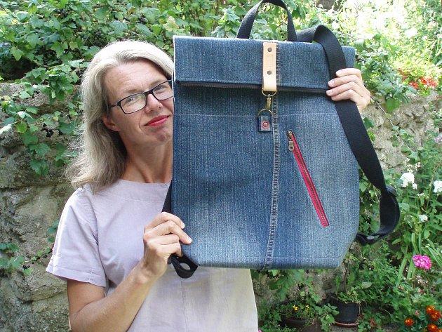 Ze staré bundy je nový batoh s příběhem