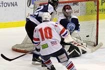 Otevřený hokej nabídlo utkání 6. kola juniorské ligy na třebíčském ledě mezi Horáckou Slavii (v bílém) a Velkými Popovicemi a nechyběly ani pohledné góly.