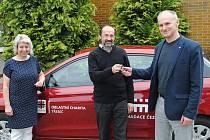 Klíčky od vozu Hyundai předal ve čtvrtek odpoledne zaměstnancům Domácího hospice sv. Zdislavy Třebíč ředitel dukovanské elektrárny Miloš Štěpanovský.