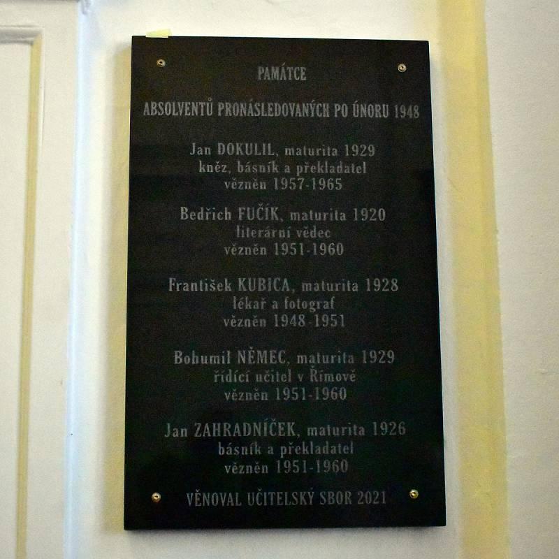 Druhá pamětní deska, která byla u příležitosti oslav odhalena v budově gymnázia, nese jména absolventů pronásledovaných komunistickým režimem.