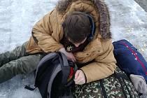 Muž, který si ustlal na nástupišti autobusového nádraží, byl právě propuštěn z protialkoholní léčebny. Přesto měl tři promile.