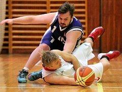 V Černovicích už nastoupil v předešlém zápase proti SAM Brno chybějící kapitán Třebíče Michal Čermák (v bílém).