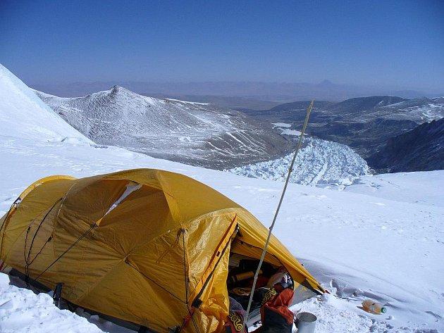 TÁBOR. Tak vypadá tábor horolezců ve výšce necelých 7 000 metrů nadmořem po klidné noci.