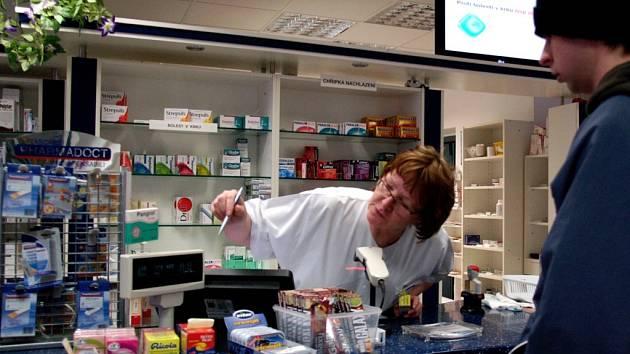 Za pultem lékárny. Ilustrační foto.