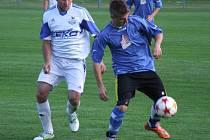 Známé fotbalové klišé zafungovalo i ve finále 12. ročníku Poháru OFS Třebíč mezi Březníkem (v modrém) a vítěznými Hartvíkovicemi, které přečkaly šanci a udeřily.