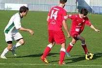 Třebíčský benjamínek Pavel Novák (uprostřed) se při své premiéře v juniorce HFK proti Rantířovu uvedl gólem.