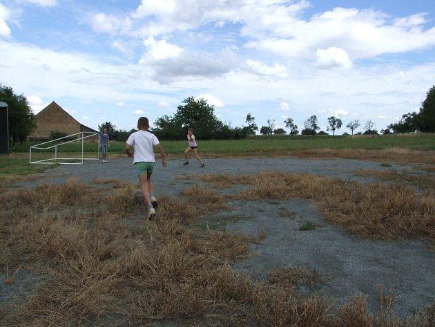 TADY MÁ STÁT NOVÉ HŘIŠTĚ. Kvalitní sportovní areál obci evidentně chybí. Zde má být multifunkční sportoviště, kde si mohou obyvatelé zahrát malý fotbal, volejbal, košíkovou a tenis.