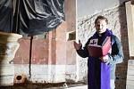 Jaroměřický farář Tomáš Holcner žehná kosterním pozůstatkům, které se nalezly při opravě chrámu svaté Markéty.