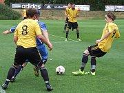 Nejlepší dva týmy nejnižší krajské soutěže Dukovany (ve žlutém) a Náměšť-Vícenice nabídly necelým třem stovkám diváků atraktivní fotbalovou podívanou.