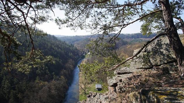 Vyhlídka od zříceniny Ketkovického hradu do údolí řeky Oslavy je jednou z oblíbených zastávek turistů a výletníků při procházce krásným údolím.