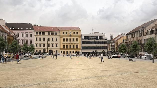 Červená tečka ukazuje, kde na novém dláždění Karlova náměstí v Třebíči bude před radnicí kašna, o jejíž podobu se soutěžilo.