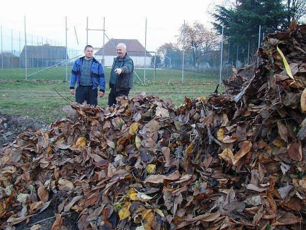 Heřmanický místostarosta Zdeněk Mejzlík (vlevo) a starosta František Kotrba si zařízení pochvalují.