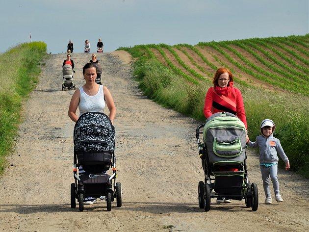 Maminky s kočárky se vydaly na pochod k Pyšeláku