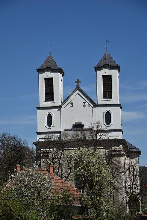 Pohled nad kostel zpoza základní školy