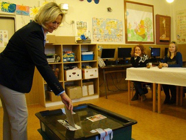 Starostka Hrotovic Hana Škodová odevzdala svůj hlas v pátek krátce po šesté hodině večer. Její sdružení nezávislých kandidátů získalo stejně jako před čtyřmi lety šest mandátů.