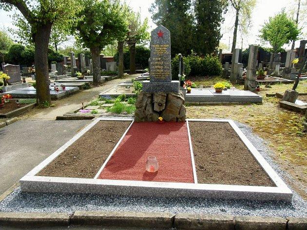 Ještě před oslavami 70. výročí ukončení druhé světové války opravili na hřbitově v Moravských Budějovicích válečný hrob s ostatky padlých ruských vojáků.