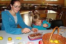 Při pozďáteckém Jablkobraní si na své přišly i děti. Mohly malovat nebo vyrábět postavičky z jablek a křížal.