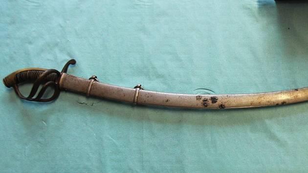 Šavle má čepel v délce přes 80 centimetrů.