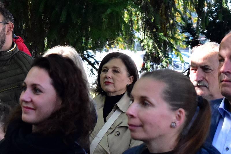 Další absolventkou Gymnázia Třebíč je eurokomisařka Věra Jourová. Při slavnostním zahájení stála v pozadí a se zájmem sledovala program.