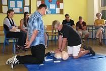 Při prohlídce bylo možné vyzkoušet si například i předlékařskou první pomoc, jejíž kroužek na škole mají.