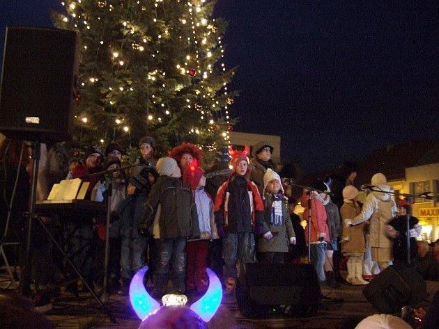 Po rozsvícení stromu ještě příjemnou atmosféru blížících se svátků dotvořil soubor SLUNKO Třebíč se zpěvem koled.