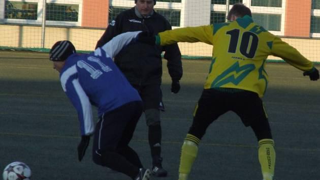 Přibyslavický útočník Roman Hruška (s číslem 10) rozhodl o vítězství svého týmu v prvním přípravném utkání během zimního období dvěma góly proti rakouskému Drosendorfu. Obě trefy zaznamenal už v prvním poločase.