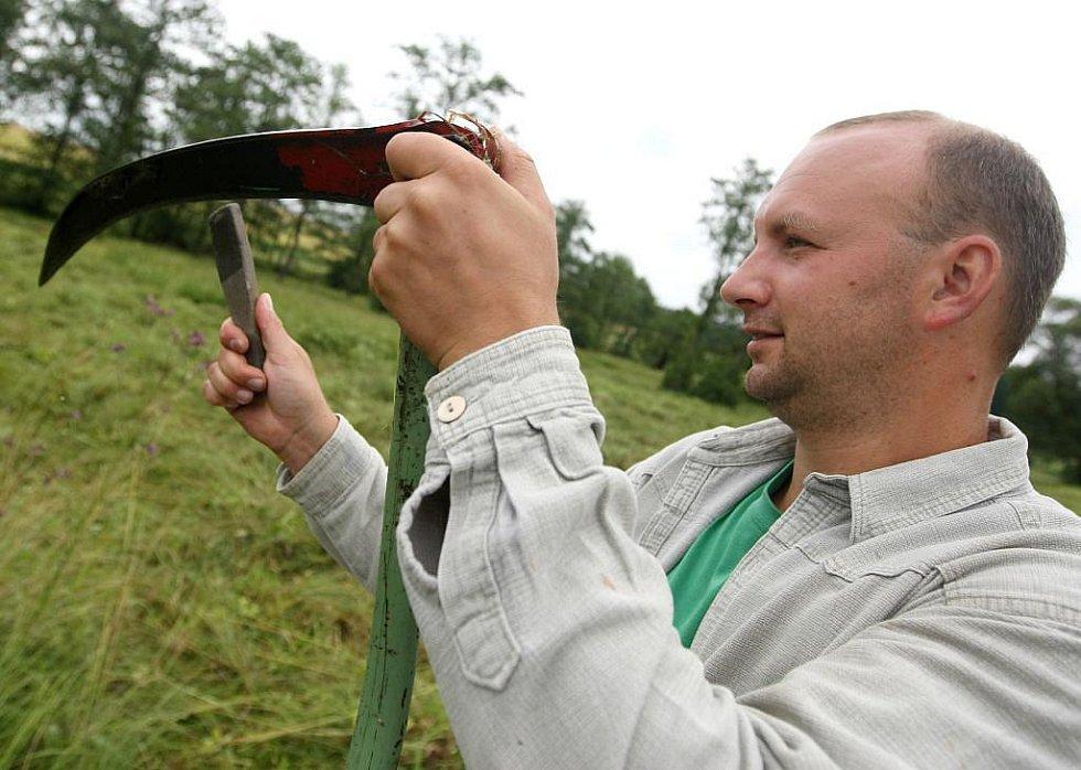 Devět dobrovolníků z řad ochránců přírody v pondělí časně ráno začalo kosit chráněná podmáčená luka se vzácnými orchidejemi poblíž Zašovic na Třebíčsku.