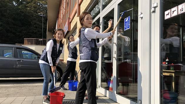 Skupina dobrovolníků z Jižní Koreje se vrací do Třebíče