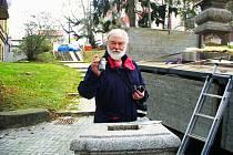 Starosta Pavel Heřman uložil do kříže schránku se vzkazem budoucím generacím.