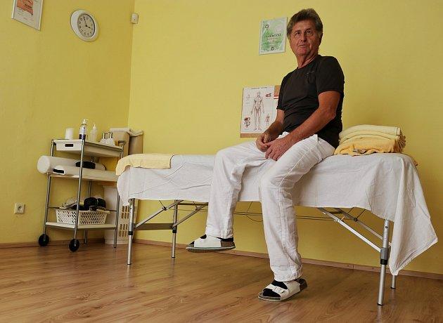 4. Rudolf provádí například reflexní masáže, dále využívá jemnou Dornovu metodu, která vrací klouby a obratle na původní místo za pohybu pacienta vdynamice. Aplikuje itakzvaný  Bowenův pohyb, jenž zvláštním způsobem ovlivňuje napětí svalů a svalových sk