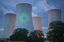 Na chladící věže elektrárny Dukovany ve středu večer zelení aktivisté promítli symboly obnovitelných zdrojů, slunce, vody a větru.