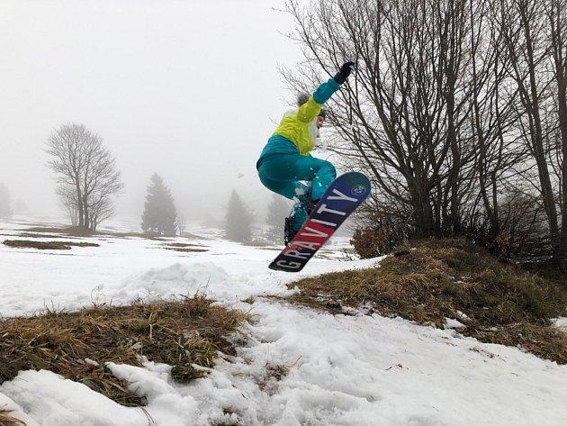 SNOWBOARD. Mám ráda izimní sporty. Tady jsem na snowboardu ve Strážném vKrkonoších.