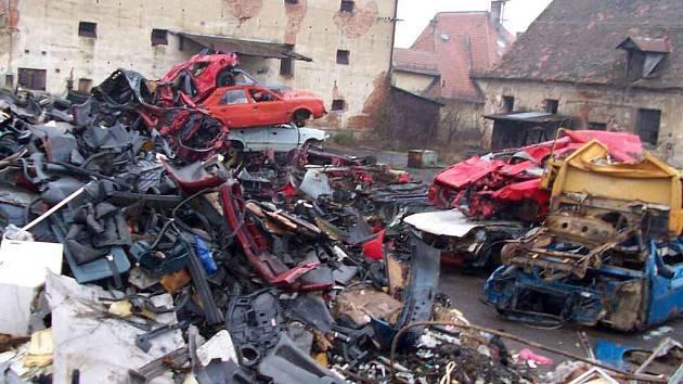 Takto vypadalo místo shromaždiště automobilových vraků, kam se vypravili inspektoři životního prostředí spolu s dalšími svědky.  Situací se zabývá i Policie ČR.