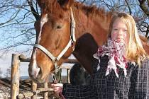 Jezdeckou kobylku Marilin projíždí třináctiletá Lucie Řezníčková ze Žďáru nad Sázavou u Starého dvora.