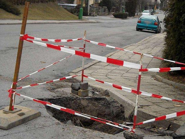 V Arbesově ulici v Třebíči se propadla část silnice.