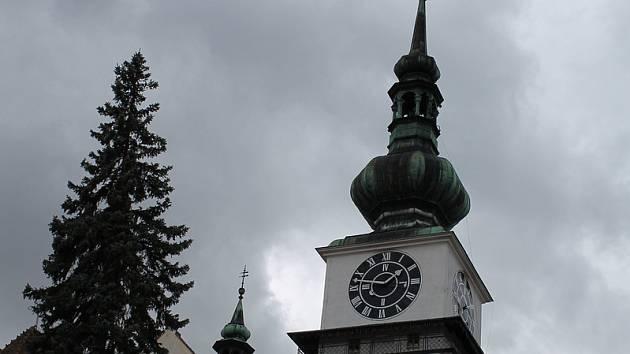 Už jdou. Věžní hodiny v Třebíči nějaký čas stály po poruše, kterou způsobil pondělní vítr.