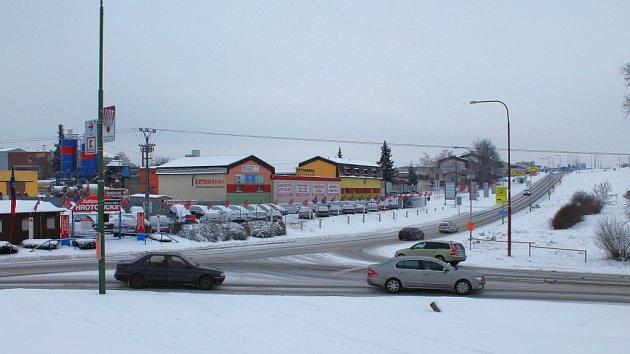 Křižovatka ulic Hrotovická a Spojovací. Zde by mělo vyrůst mimoúrovňové křížení silnic. Objekt by měl být první stavbou na trase plánovaného obchvatu Třebíče. Stavět by se mohl podle optimistických odhadů možná už za dva roky.