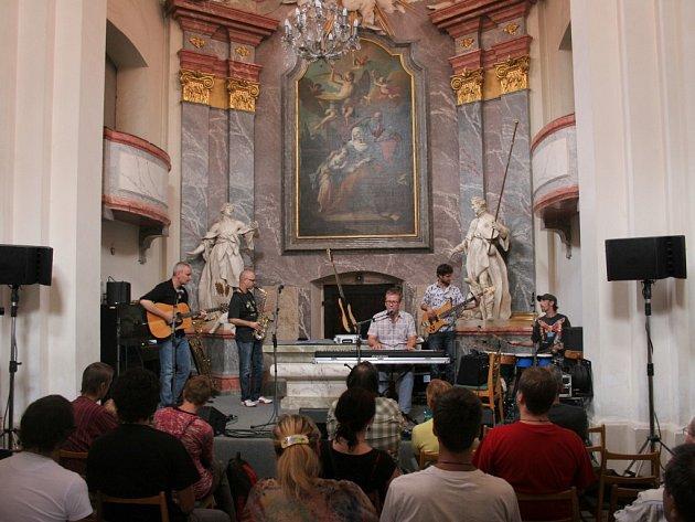 Noční koncerty Folkových prázdnin se konají v nevšedním prostředí kaple svaté Anny (na snímku), zámecké knihovny a Galerie 12.