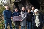 Z předávání šeku od zástupců Chudobínské borovice zástupcům Žižkova dubu, čtvrtek 31. října 2019.