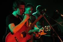Kladenskou skupinu Zrní tvoří pětice muzikantů. Kromě zpěváka Jana Ungera (vlevo) to jsou kytarista Jan Juklík (uprostřed), baskytarista Jan Caithaml (vpravo), houslista Jan Fišer Ondřej Slavík, který ovládá bicí, akordeon a beatbox.