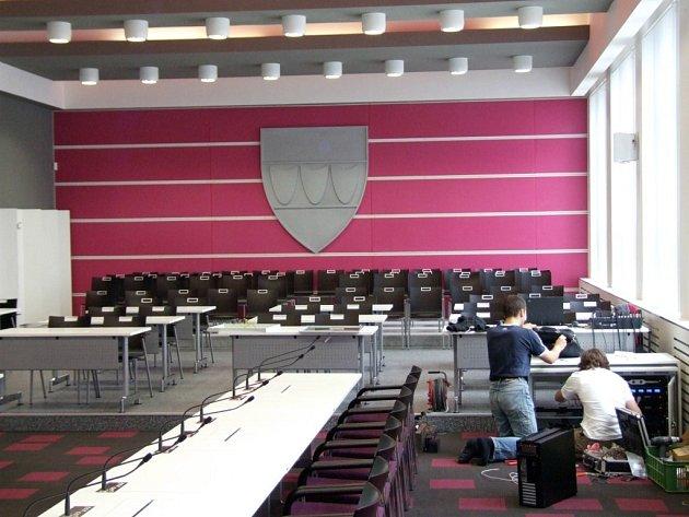 Nový sál v budově bývalého okresního úřadu je nabitý audivizuální technikou. Jednacích křesel je k dispozici 30, pro aktivní i pasivní diváky 74.  S využitím pro jiné účely než zasedání zastupitelstva města se nepočítá.