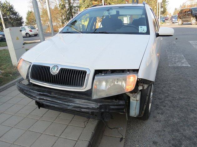 Auta po nehodě na křižovatce ulic Družstevní a Znojemská v Třebíči.