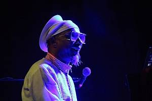 Klavírista Omar Sosa, zpívající hráč na koru Seckou Keita ze Senegalu a venezuelský perkusista Gustavo Ovalles byli ozdobou pondělního koncertu Folkových prázdnin v Náměšti nad Oslavou.