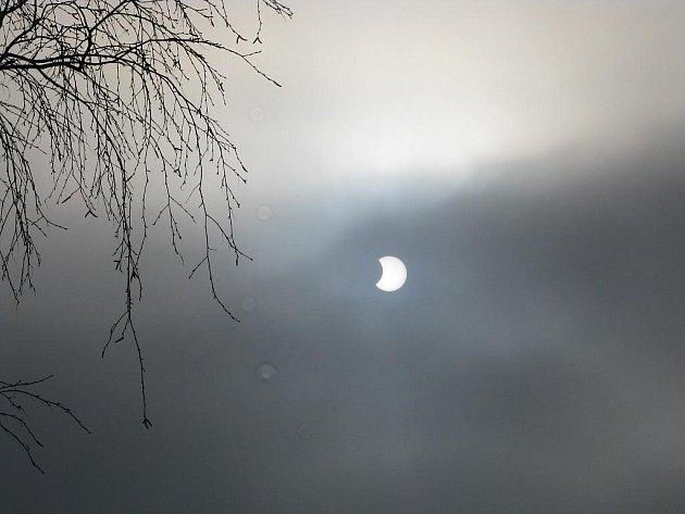 Teprve po desáté hodině, kdy už částečné zatmění bylo asi půl hodiny za svým maximem, se mraky alespoň částečně rozestoupily a na třebíčské hvězdárně bylo možné jev pozorovat.